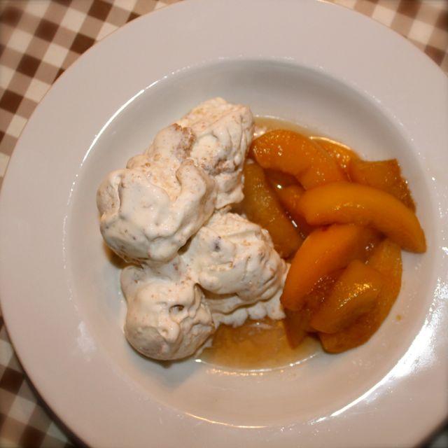 IJs met warme perziken en honingsaus