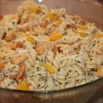 Koude pasta salade met perzik en sellerie